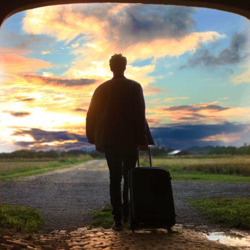 Mann på reise, med koffert