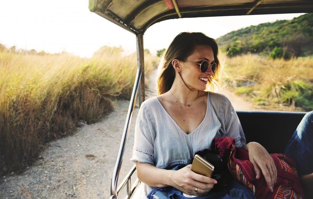 Ung, glad dame på reise