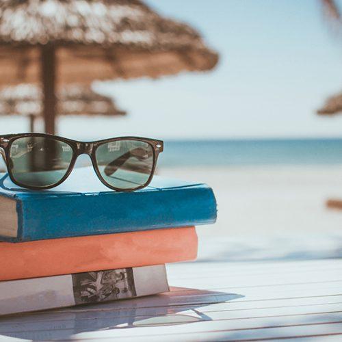 Bøker og solbriller på stranden