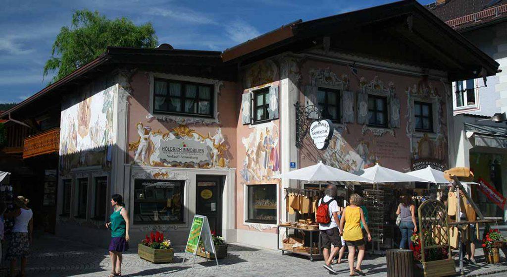 Pasonsspillet foregår i den vakre landsbyen Oberammergau.
