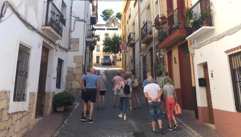 Folk som går rundt i gamlebyen i Altea